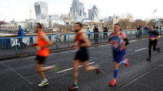 Läufer auf der Tower Bridge in London