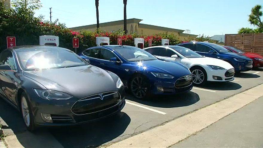 123 000 korai S-modellt hív vissza a Tesla
