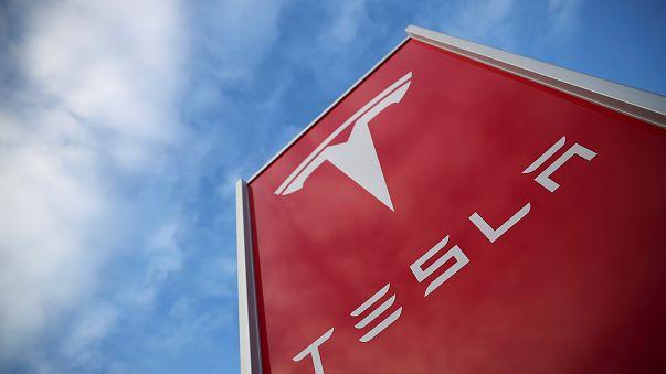 Ein Schild von Autobauer Tesla