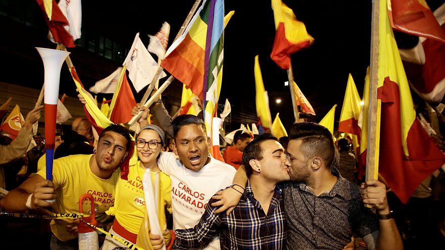 Los partidarios del candidato presidencial del Carlos Alvarado.