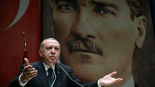 Erdogan attacca Macron per appoggio ai Curdi