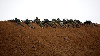 Izraeli katonák a gázai határ mellett