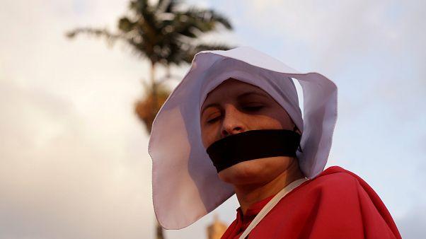 Una activista disfrazada de monja se manifiesta contra Fabricio Alvarado