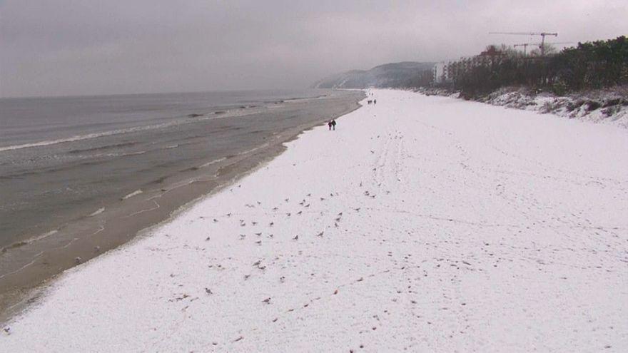 A praia de Miedzyzdroje, no Mar Báltico, coberta de branco