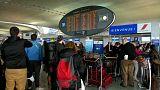 النقابات العمالية تشل حركة النقل في المطارات والمحطات