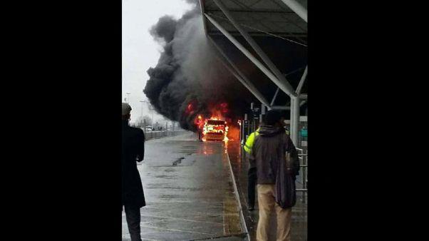 Desalojo y vuelos cancelados en Stansted por un incendio