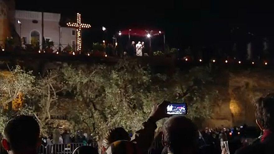 Húsvét: a keresztények szégyenéről beszélt a pápa Nagypéntek éjjelén