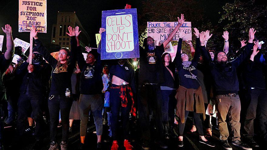 احتجاجات على تقرير تشريح جثة أمريكي أسود أردته الشرطة قتيلا بالرصاص