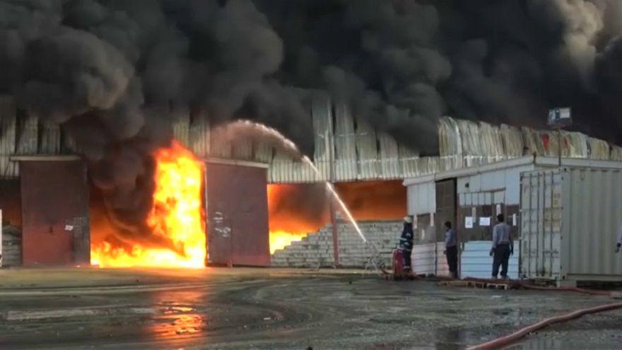 حريق هائل في ميناء الحديدة اليمني يتلف مخازن الإغاثة الإنسانية