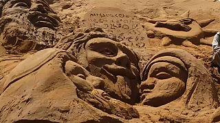 شاهد: لوحات نحت على الرمال في عيد الفصح