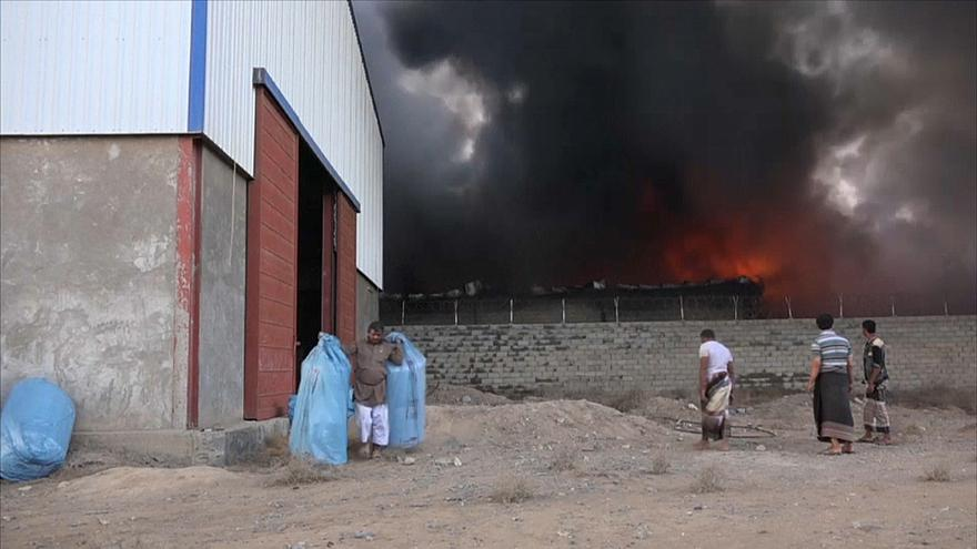 L'incendio ai magazzini del World Food Program al porto di Al Hudaida