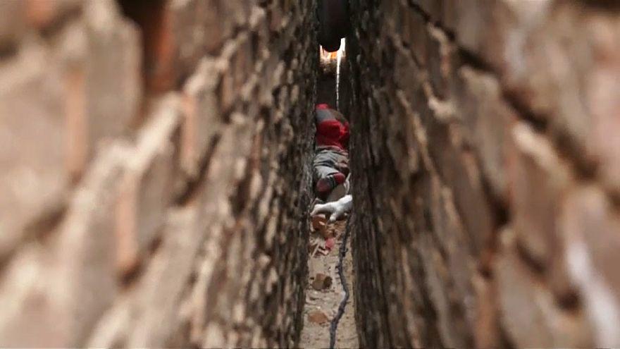 شاهد: إنقاذ طفل علق بين بنايتين في الصين