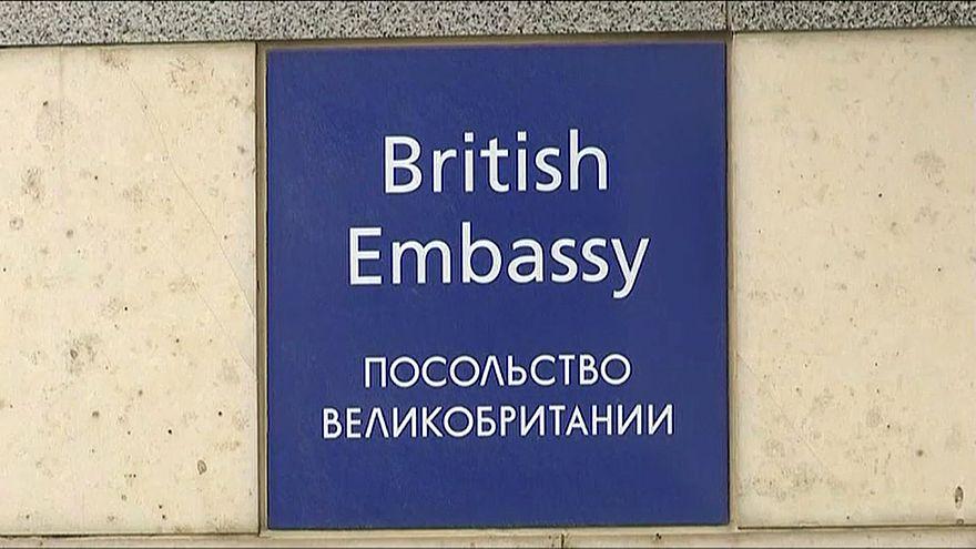 Peggiora la crisi tra Russia e Gran Bretagna: perquisito un volo russo a Londra