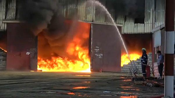 В Ходейде сгорели десятки тонн гуманитарной помощи