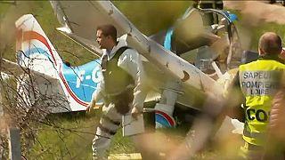 مقتل شخصين في حادث تحطم طائرة خفيفة على طريق سيارة