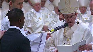 البابا فرنسيس يعمد متسولا نيجيريا تصدى للص كان يلوح بساطور
