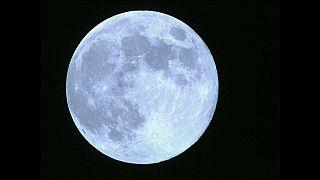 القمر الأزرق يضيء سماء الصين