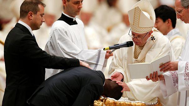 Papa Francis 'kahraman göçmen' Ogah'ı vaftiz ederken.