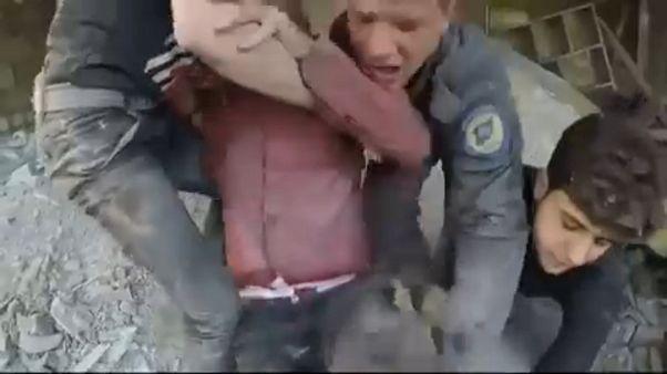 A romok alól mentik a sebesülteket