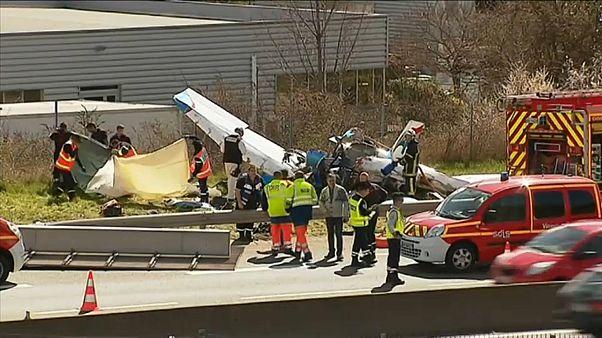 Самолёт врезался в дорожный указатель