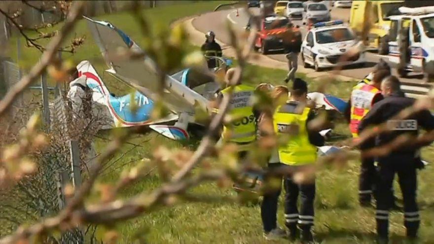 Un avion s'écrase au bord de l'autoroute