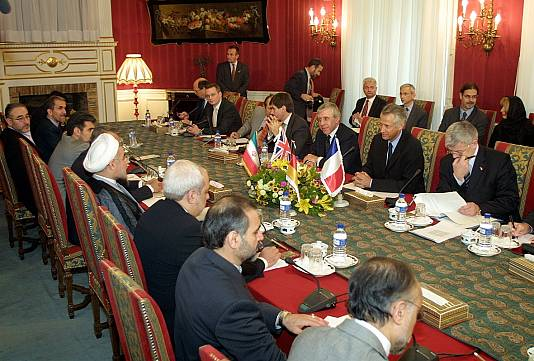 https://upload.wikimedia.org/wikipedia/commons/8/8f/EU_ministers_in_Iran_for_nuclear_talks%2C_21_October_2003.jpg