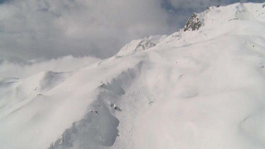 Três esquiadores mortos em avalanche nos Alpes Suíços