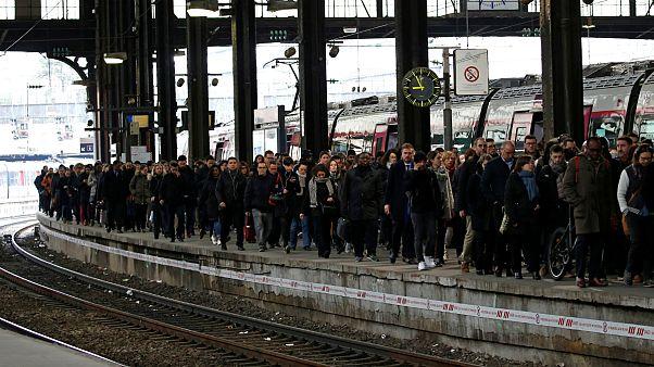 فرانسوی ها برای اعتصاب گسترده در بخش حمل و نقل آماده می شوند
