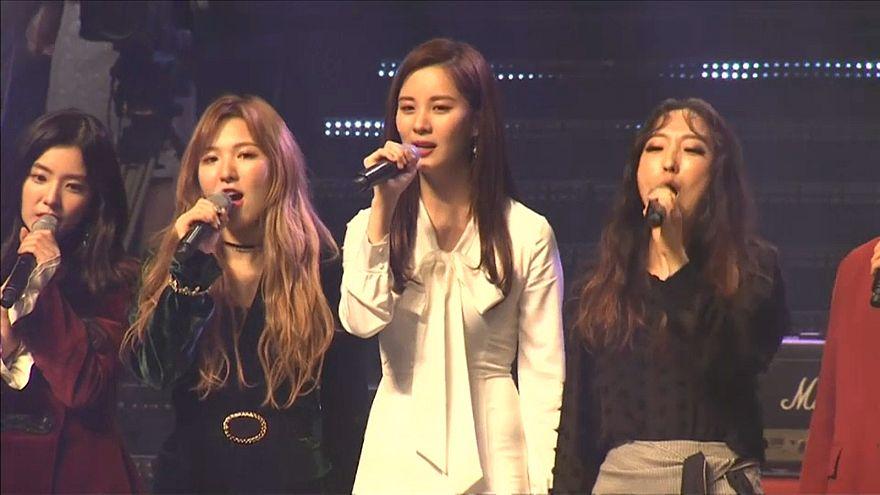 Kim Jong-un Güney Koreli şarkıcılara eşlik etti