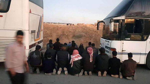 Felkelők imádkoznak az evakuálás előtt