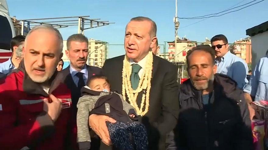 إردوغان يحمل الطفل السوري كريم