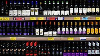 Az alkoholos italokra is rátennék a cigarettásdobozokon használt halálos jelzéseket