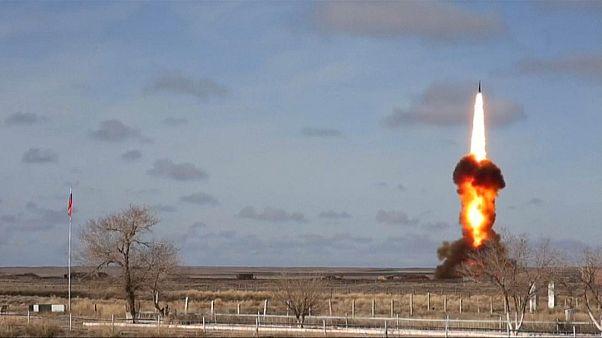 لحظة إطلاق مضدا صواريخ باليستية حديث للاخبتار في كازاخستان