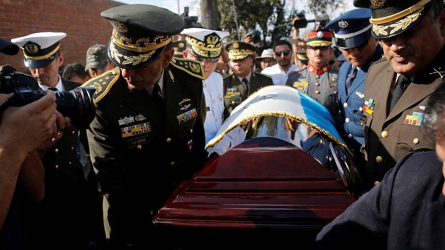 ضباط عسكريون يحملون دكتاتور غواتيمالا نعش إفراين ريوس مونت