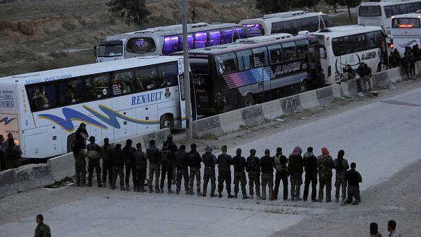 أهل الغوطة يصلون قبل مغادرة أرضهم