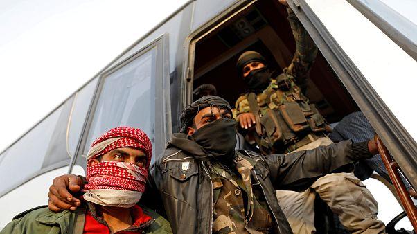 I ribelli evacuati sui pullman che li condurranno nel nord del Paese