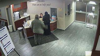شاهد: أمريكي يعتدي بوحشية على فتاة مسلمة محجبة داخل مستشفى