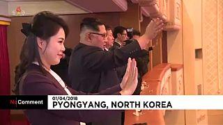 Az észak koreai diktátor a déli művészek előadásán