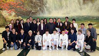 دیدار رهبر کره شمالی با خوانندگان پاپ کره جنوبی بعد از کنسرت «بهار میآید»
