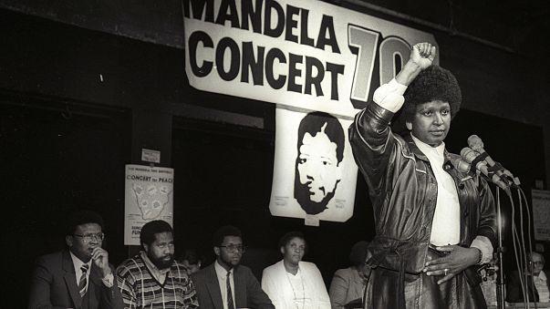 Winnie Mandela organisiert ein Pop-Konzert im Namen ihres Mannes (1988)