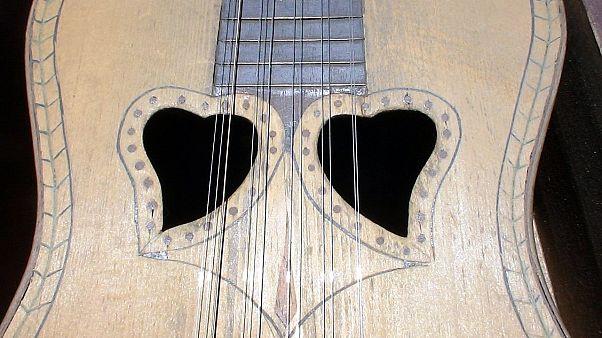 Viola da Terra provém da guitarra portuguesa e pode ter 16 cordas de metal