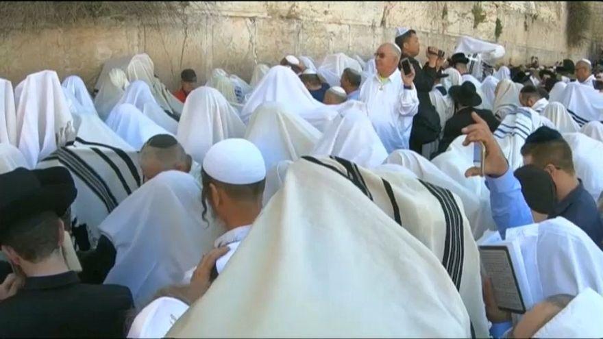 """شاهد: ألاف اليهود يؤدون صلاة """"كوهانيم"""" أمام حائط البراق"""