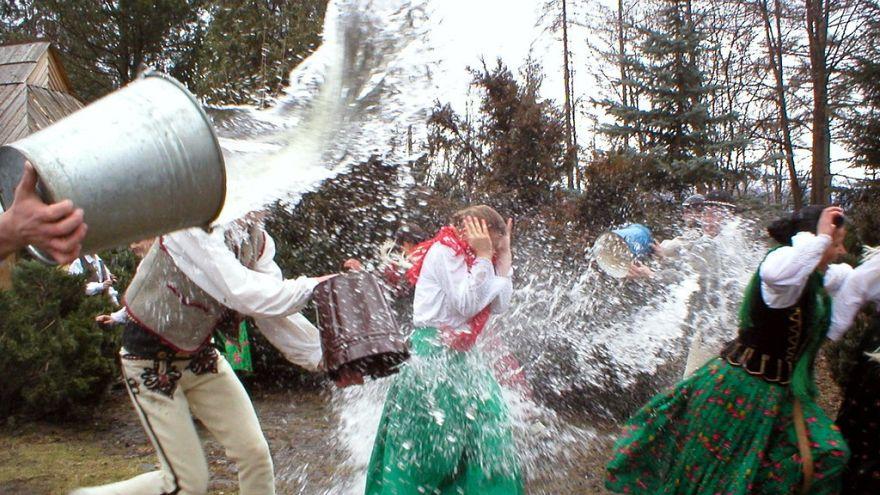 Polacos celebram segunda-feira molhada