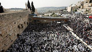 Judeus assinalam Páscoa no Muro das Lamentações