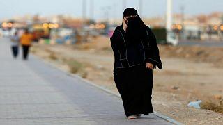 السعودية: الحبس وغرامة مالية لتجسس الأزواج على الهواتف