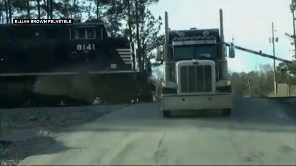 Nem tudott elhajtani a vonat elől egy teherautó
