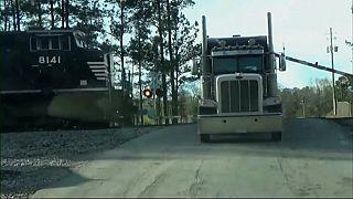 Usa, treno travolge camion: il video