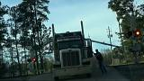 EUA: Comboio colide com camião bloqueado nos carris