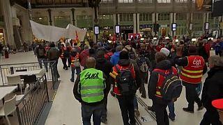 Francia nel caos, in sciopero treni e aerei
