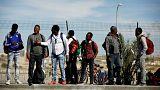 پناهجویان آفریقایی در مقابل بازداشتگاه مهاجران هولوت در اسرائیل